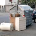 """VOGHERA – Pubblichiamo le denuncia di un lettore in merito ai rifiuti ingombranti lasciati in strada. """"Nuovo """"cambio di stagione"""" in via Vanoni. Dopo i cartoni, i vetri rotti e..."""