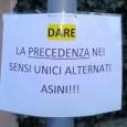 """SALICE TERME – """"Date la precedenza nei sensi unici alternati. Asini!"""". Recita così una foglietto affisso in questi giorni su un cartello stradale nel comune di Salice Terme. La zonaè..."""