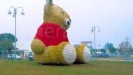 MONTEBELLO – Nella zona commerciale di Montebello della Battaglia, da alcuni giorni, evidentemente in occasione delle festività, è arrivato un orsetto di peluche alto quasi 6 metri. L'altro pomeriggio abbiamo...