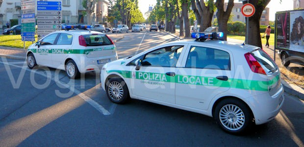 VOGHERA – La polizia locale di Voghera nel fine settimana ha intercettato e messo in fuga un probabile topo d'appartamento. Il fatto è avvenuto sabato in strada Valle, dove i...