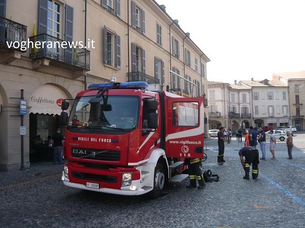Ufficio In Fiamme : Voghera 13 09 2016: incendio in ufficio di piazza duomo. le fiamme