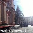 VOGHERA – Dopo le luminarie per le strade e nelle rotonde, in città è arrivato anche il grande albero di Natale. Questa mattina la ditta incaricata dal Comune lo ha...