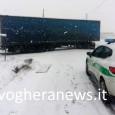 VOGHERA – Intervento d'emergenza questa mattina della polizia locale di Voghera in frazione Torremenapace, dove un lungo bilico è rimasto bloccato nel mezzo di una curva. Il fatto all'intersezione fra...