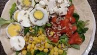 """VOGHERA – Il """"piatto del giorno"""" di oggi del bar paninoteca """"Trai2"""" di Voghera, è la buonissima (e bellissima) insalata """"Girasole in giallo"""". """"La nostra insalata si compone così: misticanza,..."""