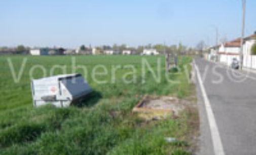 VOGHERA 26/10/2014: Ancora cassonetti ribaltati in strada Grippina. Vandalismo o protesta?