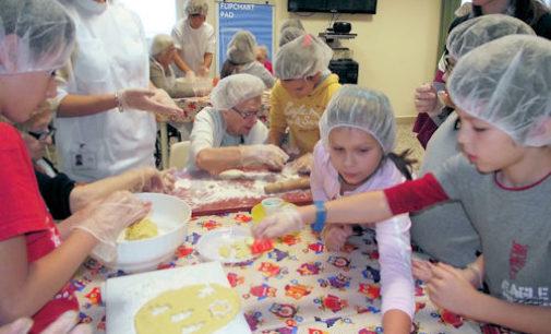 """VOGHERA 29/10/2014: Scuola. La 4^A della De Amicis al """"laboratorio di cucina con i nonni"""" dello Zanaboni"""