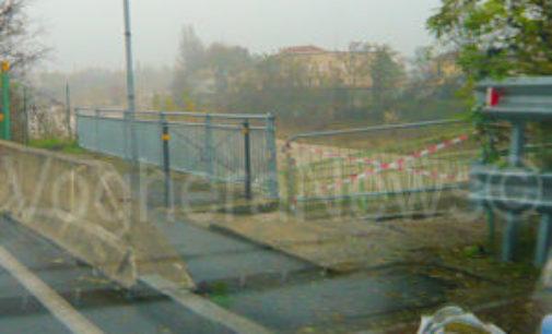 VOGHERA 28/11/2014: Troppi tronchi sui piloni. Resta chiuso il ponticello pedonale sullo Staffora