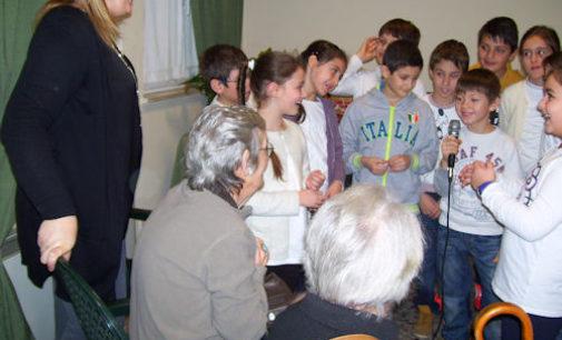 """VOGHERA 20/12/2014: Gli """"Auguri in musica"""" degli alunni della De Amicis ai Nonni dello Zanaboni"""