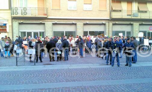 """VOGHERA 24/01/2015: 200 in piazza per dire che """"L'Islam non è religione di violenza ma di pace"""""""
