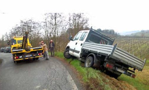 TORRAZZA COSTE 18/03/2015: Camion esce di strada e rischia di ribaltarsi