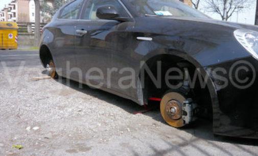 """VOGHERA 10/04/2015: Un'altra auto """"spolpata"""". Non ha più le ruote. Si trova in piena città"""