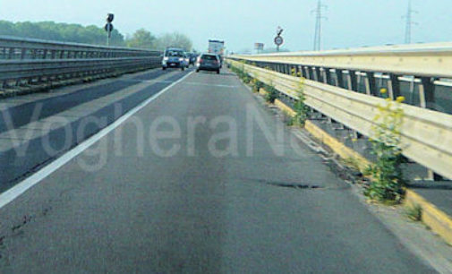 BRESSANA 15/04/2015: SEGNALAZIONE. Profonda buca sull'asfalto del Ponte sul Po