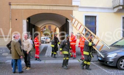VOGHERA 10/04/2015: Fumo da una casa con dentro una persona. Lavoro per i pompieri oggi pomeriggio in via Emilia