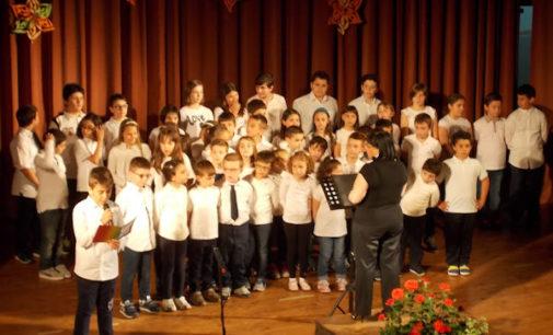 """VOGHERA 21/05/2015: Scuola. """"La musica è servita"""" grande successo dei Cori De Amicis e Oriolo"""