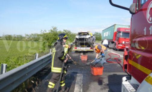 VOGHERA 11/05/2015: Fiamme a Campoferro. Prendono fuoco le sterpaglie e intaccano una cisterna
