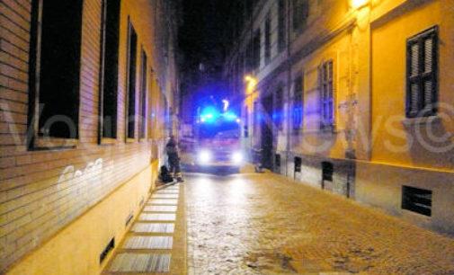 VOGHERA 18/05/2015: Gas lasciato acceso in casa. I pompieri entrano dalla finestra e mettono in sicurezza l'appartamento