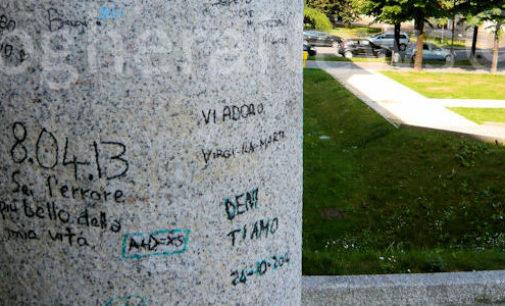 """VOGHERA 11/08/2015: Non solo la maxi scritta sulla pavimentazione. Il Castello lordato anche su colonne e portone. Atti vandalici che spingono chiedersi: ma dove sono le famiglie degli """"autori""""?"""