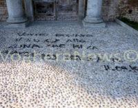"""VOGHERA 07/08/2015: Scrivono una dedica d'amore ma compiono un grave atto vandalico. Imbrattato il Castello. Lo psichiatra Andreoli pochi giorni fa diceva: """"L'Italia è un paese malato di mente"""". Voghera specchio dell'Italia!?"""