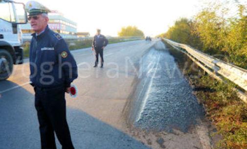VOGHERA 06/11/2015: Chiazza di bitume sulla strada. Transennata la zona