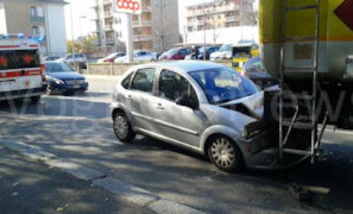VOGHERA 05/11/2015: Scontro in città. Auto tampona cisterna. Un ferito