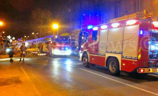 """VOGHERA 17/12/2015: Pompieri intervengono ed evitano che il tetto di un'abitazione vada a fuoco. Utilizzata anche l'""""autoscala"""" (fatta arrivare da Pavia)"""