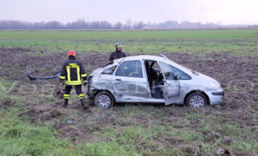 CASTELLETTO DI B. 07/12/2015: Incidente sulla Sp1. Auto si ribalta in un campo