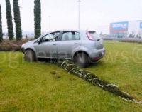 VOGHERA 30/12/2015: Ancora una rotonda presa in pieno da un'auto. Abbattuti cartelli e faretti