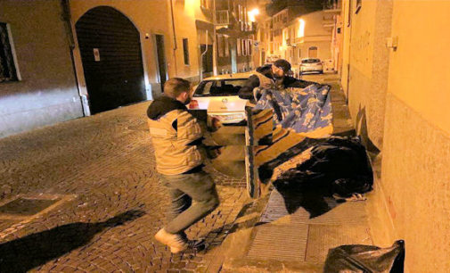 """VOGHERA PAVIA 23/12/2015: Coperte ai senzatetto che dormono in strada. Operazione """"Inverno caldo"""" stanotte dell'associazione La Salamandra Pavia"""