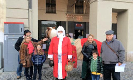 VOGHERA 21/12/2015: Natale. Anche Babbo Natale con un cavallo fra le vie del centro