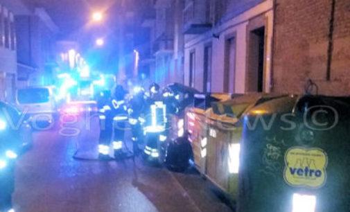 VOGHERA 30/12/2015: Cassonetto in fiamme. Pompieri al lavoro