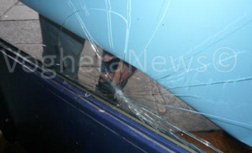 VOGHERA 10/12/2015: Danneggiata una delle vetrate dell'ex negozio che ora ospita il Presepe cittadino. Un testimone poco prima avrebbe sentito del trambusto sotto i portici