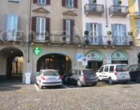 VOGHERA 25/01/2016: Raptus in piazza Duomo. Sconosciuto entra in alcuni uffici e dopo averli danneggiati getta in strada sedie e oggetti