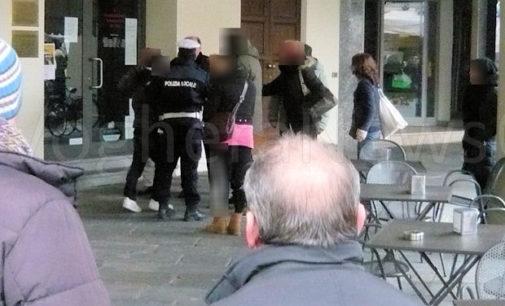 VOGHERA 12/02/2016: Risse Aggressioni Raptus. Piazza Duomo come il far west. Stamattina una lite violenta sedata dalla Polizia locale. Ieri l'aggressione di una 86enne