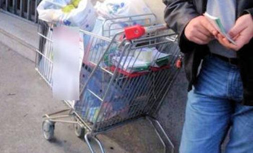 MONTEBELLO 22/03/2016: Mendicante litiga con il cliente per avere denaro. Tensione di fronte al super