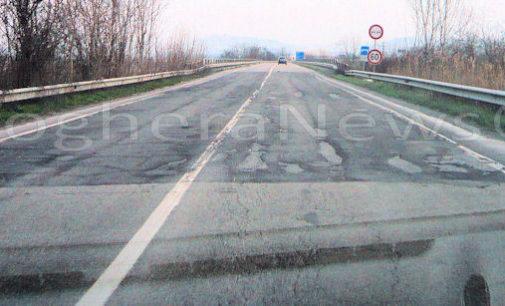 VOGHERA 01/03/2016: Piove, le buche sulle strade si allargano. Grossi disagi in tangenziale dove 2 auto hanno bucato gli pneumatici. Allertate le forze dell'ordine e la Provincia