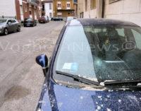 VOGHERA 16/03/2016: Per il vento crolla una porzione di piastrelle dalla facciata di un palazzo. Danni alle auto ma poteva andare molto peggio