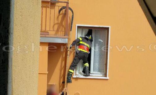 """CASTEGGIO 24/04/2016: """"Pompieri acrobati"""" salvano un'anziana caduta in casa. La donna è stata portata all'ospedale di Voghera"""