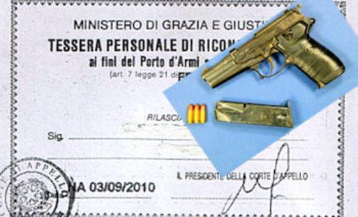 PAVIA 22/04/2016: Legittima difesa: Idv, a Pavia 400 firme in poco più di una settimana