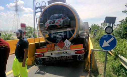 CORNALE 06/06/2016 – Cisterna si incastra fra le barriere di protezione del ponte sul Po