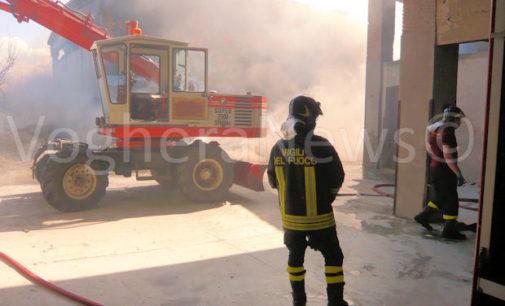 VOGHERA 12/06/2016: Incendio al capannone agricolo. Perso il raccolto. Crollato anche il tetto. Pompieri ancora sul posto per gli ultimi focolai. Danni ingentissimi