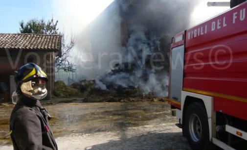 VOGHERA 10/06/2016: Incendio in un capannone agricolo. In fumo tonnellate di fieno. All'opera una decina di mezzi alcuni dotati di cannone spara acqua