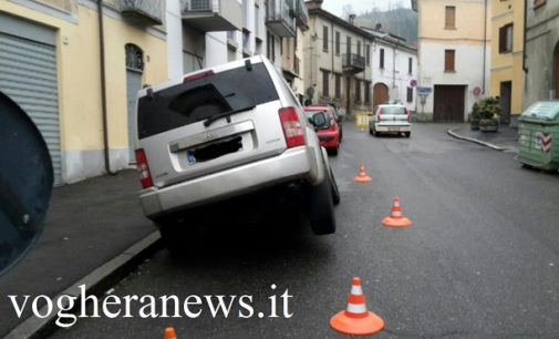 """BRONI 25/11/2016: Auto improvvisamente """"inghiottita"""" dall'asfalto. La buca era profonda 2 metri"""
