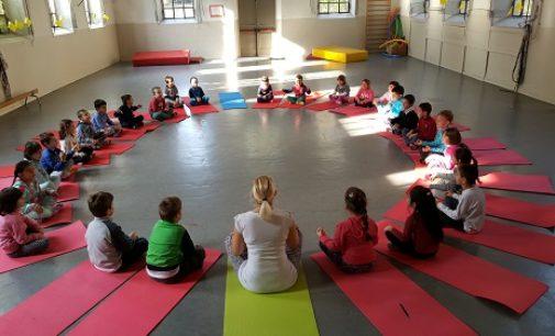 """VOGHERA 21/11/2016: Scuola. Alla scuola primaria De Amicis il progetto """"Yoga Bimbi"""""""