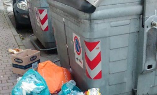 VOGHERA 02/11/2016: Immondizia fuori dai cassonetti. Un lettore denuncia il malcostume