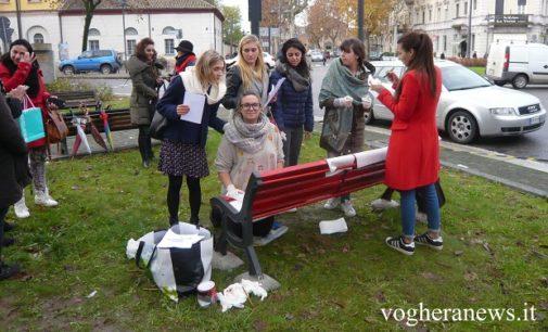 """VOGHERA 25/11/2016: Femminicidio. Questa mattina cerimonia con gli studenti alla """"panchina rossa"""". Alle 17.30 il flash mob e la fiaccolata. Isa Maggi """"La panchina rossa deve disturbare e indurre alla riflessione"""""""