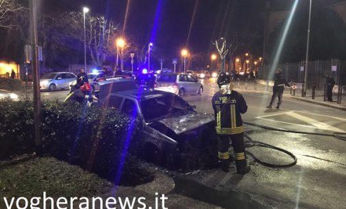 VOGHERA 24/01/2017: Rogo in via Don Minzoni. Auto prende fuoco mentre transita alla rotonda all'incrocio con via Matteotti