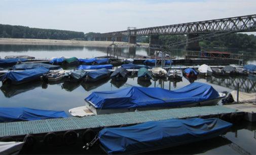 PAVIA 24/11/2019: Maltempo. Si attende la piena del fiume Po. Previsto un massimo di 6 mt sullo zero idrometrico alla Becca. Per ora il ponte resta aperto