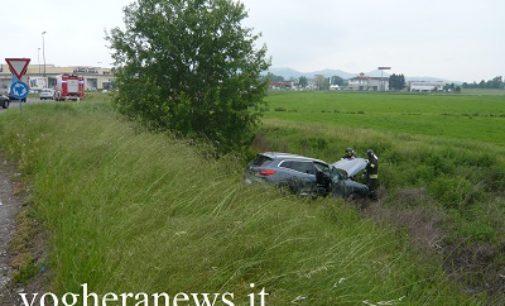 VOGHERA 11/05/2017: Auto giù dalla scarpata. Incidente alla rotonda per un malore del guidatore