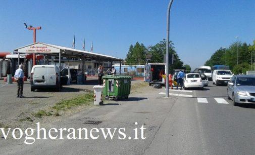"""VOGHERA 17/05/2017: Incidente fra auto in via Tortona. Pedone colpito da un """"panettone"""" scagliato lontano dall'auto impazzita"""