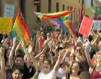 PAVIA 26/06/2020: Un grande Arcobaleno sul Broletto. L'iniziativa delle associazioni LGBT